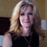 maman blonde dans chambre d'hôtel