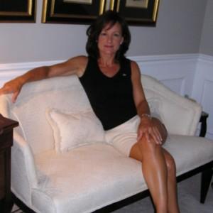 femme mature dans un canapé