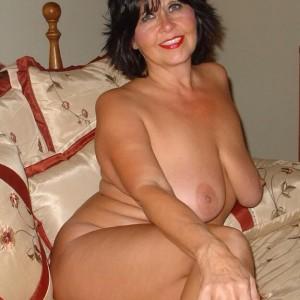 cougar nue sur son lit pour plan cul